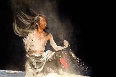 Atsushi Takenouchi presenta Mil gotas, mil flores, en el Teatro de la Danza, mayo 2017. Foto Pagratis Pagratidis