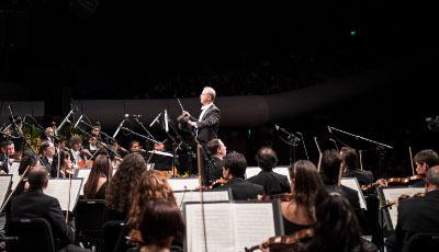 Carlos Miguel Prieto dirige a la Orquesta Sinfonica de Mineria. Allegro Sinfonico para Ninos. Auditorio Nacional, junio 2017.  Foto Chino Lemus.