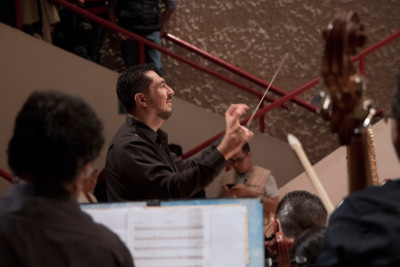 Luis Sanchez Rivas dirige a la Orquesta Tipica de la Ciudad de Mexico, en la celebracion por 133 anos de vida. Teatro de la Ciudad, agosto 2017