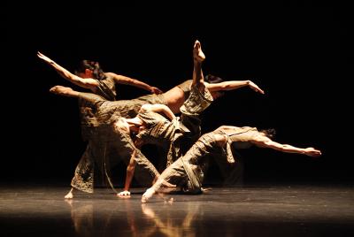 Guangdong Modern Dance Company, dirigida por Liu Qi, presento Beyond Calligraphy en el Teatro de la Ciudad, octubre 2017. Foto Yang Chengde