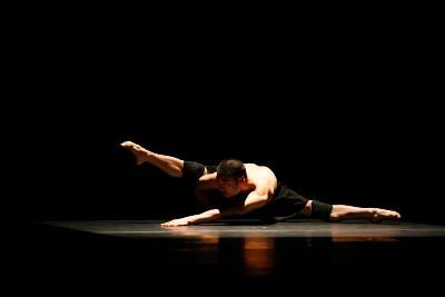 Guangdong Modern Dance Company, dirigida por Liu Qi,  presento Beyond Calligraphy en el Teatro de la Ciudad, octubre 2017. Foto Ringo Chan.