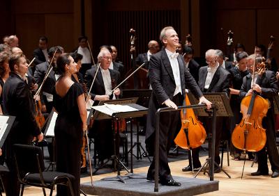 Carlos Miguel Prieto dirige a la Orquesta Sinfonica Nacional en la presentacion de Yuja Wang en el Palacio de Bellas Artes, octubre 2017.