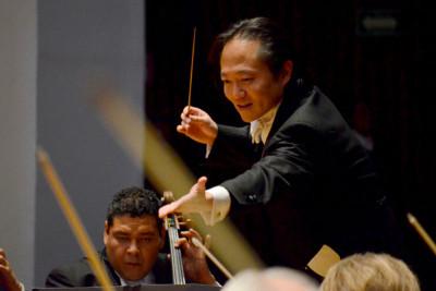 Scott Yoo dirige a la Orquesta Filarmonica de la Ciudad. Festival del Centro Historico, marzo 2018