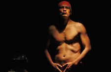 Manuel Ballesteros actua en Memoria De Pez Rojo, produccion de Apoc Apoc. Teatro Orientacion, julio 2019