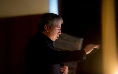 Ludwig Carrasco dirige a la Orquesta de Camara de Bellas Artes. Foto Guillermo Galindo
