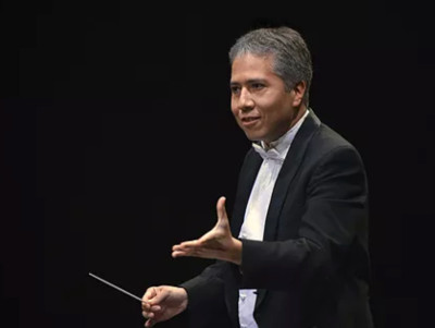 Ludwig Carrasco  dirige a la Orquesta de Camara de Bellas Artes.