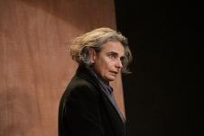 Clarissa Malheiros actua en Artaud Cuanto pesa una nube, obra de La Maquina de Teatro. Teatro Santa Catarina, noviembre 2019.